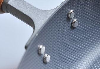 鉄のフライパンエンボス加工